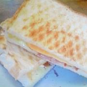 定番 ベーコン・レタス・チーズのサンドイッチ
