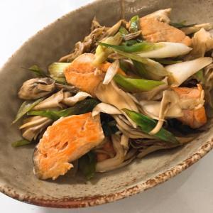 醤油マヨネーズで絶品♬ 舞茸とサケの炒め
