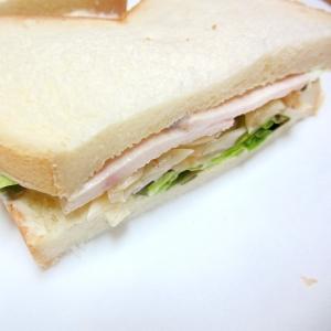鶏ハムとオニオンマリネのサンドイッチ