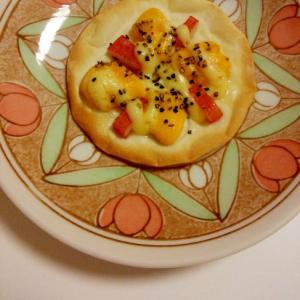 半熟たまごの黄身とカニカマのペッパーマヨネーズピザ