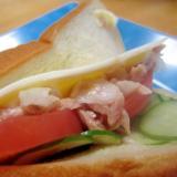 ツナとスライス玉葱トマトスライスチーズ胡瓜サンド