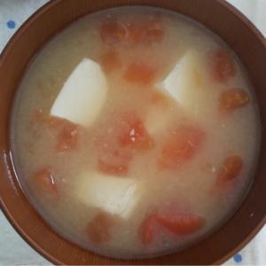 トマトと豆腐の味噌汁