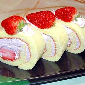 シフォン生地で!苺のピンククリームロールケーキ♪