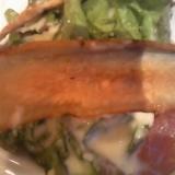 手作りシーザードレッシングで牛蒡チップス乗せサラダ