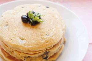 話題の大豆粉が味わい深い!黒豆パンケーキ