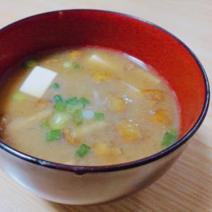 豆腐となめこと小ねぎの味噌汁