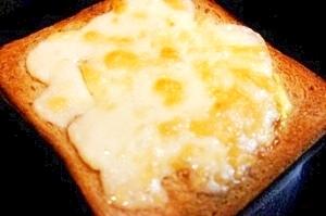 朝食にも、おつまみにも、簡単フロマージュトースト