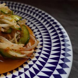 韓国の味。キュウリともやしのピリ辛漬物。