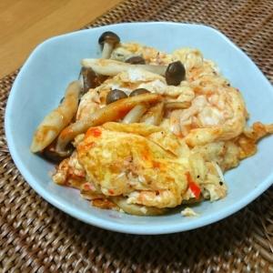 お弁当おかず・卵としめじのピリ辛ケチャップ炒め