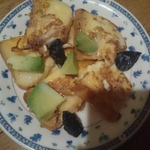 アボカドとプルーン、練乳でフレンチトースト
