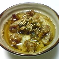 揚げた豚肉ときゅうりのキューちゃんのお茶漬け