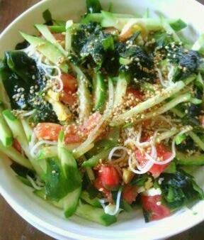 残った素麺で 夏野菜とわかめの中華サラダ