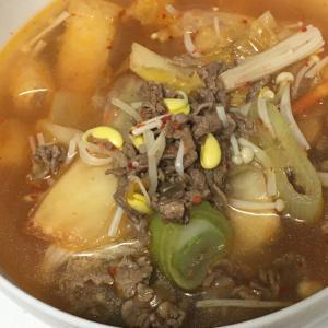 薄切り牛肉、子大豆もやし、長ネギ、キムチのスープ
