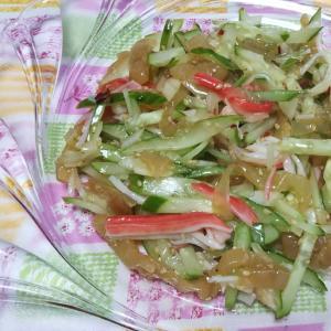 蟹カマと中華クラゲときゅうりと玉ねぎのサラダ☆