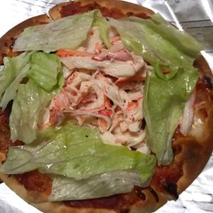 レタスとカニマヨのせサラダピザ