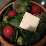 ほうれん草とオリーブとチーズのサラダ