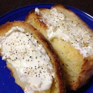 ホットクリームチーズのトースト♪胡椒を効かせて