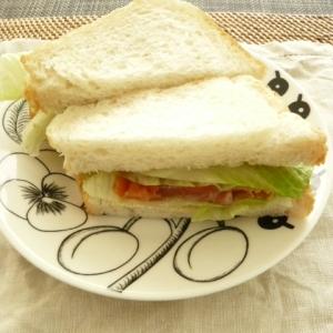 ロメインレタスとスモークサーモンのサンドイッチ