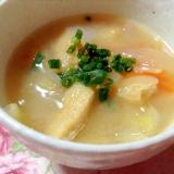 白菜と玉ねぎと人参と油揚げのお味噌汁