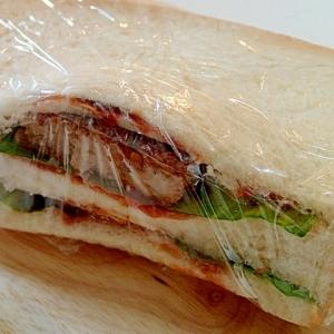 レタス・ハンバーグ・チーズとトマトFのサンドイッチ