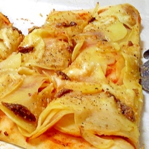 重ね薄切りポテトとアンチョビのピザ