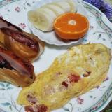 スティックパンの焼豚サンドとトマトオムレツと果物☆