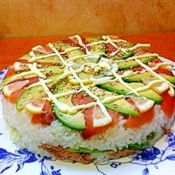 サーモンとアボカドのケーキ寿司