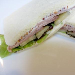 ローストポークとピクルスのサンドイッチ