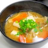 栄養バランス抜群!きのこ&人参&豆腐の味噌汁