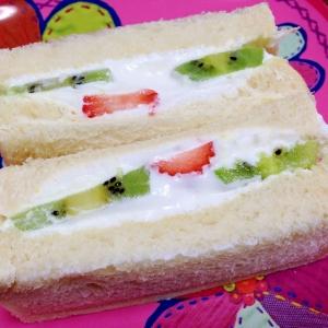朝食におやつに☆クリームたっぷりフルーツサンド