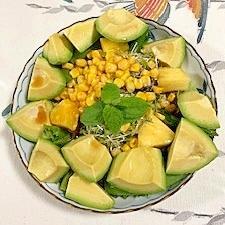 スイートコーン、パイン、アボガドのサラダ
