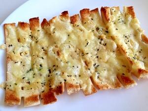 パンの耳でチーズとバジルのピザ風♪