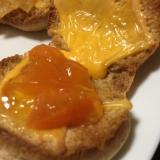 チェダーチーズとあんずジャムのブラントースト
