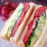 アボカド×トマト×チーズのカプレーゼ風サンドイッチ