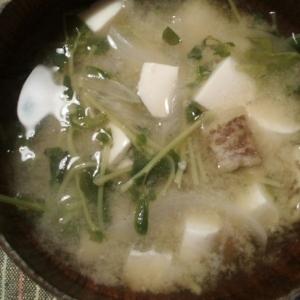 豆腐と豆苗と玉ねぎとなすの味噌汁
