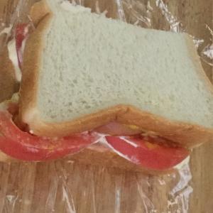 トマトとハムを挟んだ簡単トースト