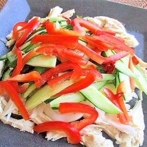 たっぷり夏野菜とレンジ蒸し鶏のナンプラーサラダ