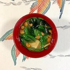 にら、木綿豆腐、なめこ、ワカメのお味噌汁