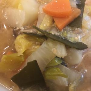 白菜と人参とじゃがいもと昆布と油揚げの味噌汁