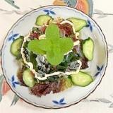 サニーレタス 、胡瓜、海藻サラダのサラダ