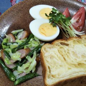 いんげんウインナーキャベツ炒めとトーストの朝食☆
