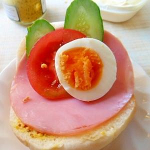 ハム・ゆで卵・野菜のロールパンサンド