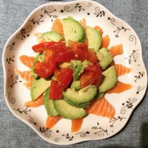 アボカドとサーモンのトマトサラダ