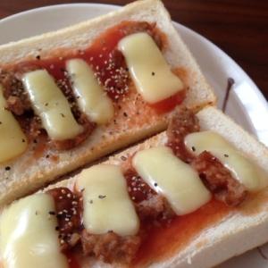 ミートボールチーズトースト
