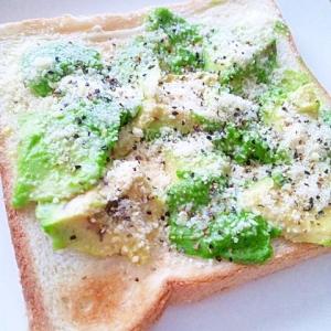 アボカド&粉チーズの大人味トースト♪おつまみにも!