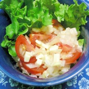 ミニトマト、玉ねぎ、チーズサラダに塩ドレヨーグルト