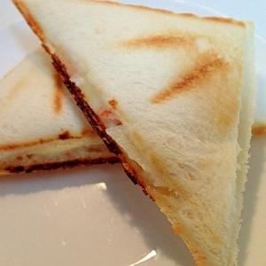 玉ねぎとシーサラダとチーズのレモン香るホットサンド