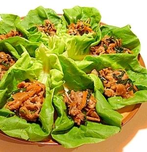 甘辛豚肉のサラダ菜包み