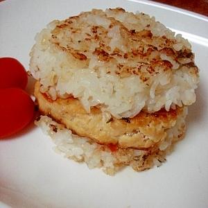 味噌風味が食をそそる!豆腐と鶏肉のライスバーガー