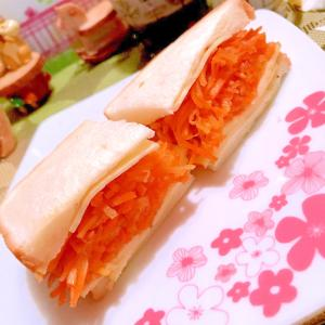 人参と林檎とチーズのサンドイッチ